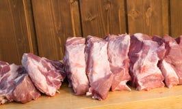 Morceaux cuting crus de porc sur le fond en bois Morceau de porc, de pièce de cou ou de collier sans os fraîche Grand morceau de  Image stock