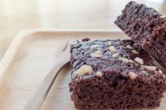 Morceaux délicieux d'un 'brownie' dans le plat en bois Photographie stock