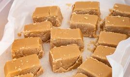Morceaux délicieux de fondant doux de sirop d'érable de Brown Images stock