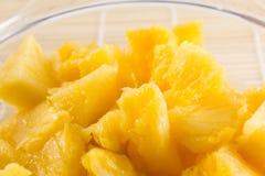 Morceaux d'ananas de bol en verre Image stock