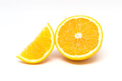 2 morceaux d'orange coupée en tranches d'isolement sur le fond blanc Photo stock