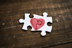 Morceaux d'un puzzle formant un coeur Photographie stock libre de droits