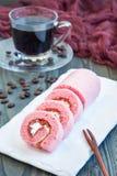 Morceaux de bûche rose avec la confiture et la crème de fraise d'un plat blanc, verticaux Photographie stock