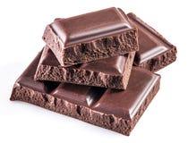 Morceaux de barre de chocolat d'isolement sur un blanc Photos libres de droits