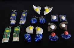 Morceaux de bijoux Boucles d'oreille en céramique faites main de Raku Photographie stock