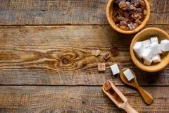 morceaux de blanc et de sucre roux sur le principal en bois vi de fond de table Images libres de droits