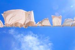 Morceaux de blanchisserie sur une ligne de lavage photo libre de droits