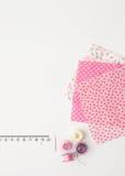 Morceaux de bobines colorées de tissu et de fil sur un fond blanc Photo stock
