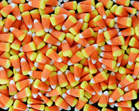 Morceaux de bonbons au maïs sur un fond noir Images stock