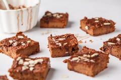 Morceaux de 'brownie' de potiron de vegan sur la table blanche Vegan en bonne santé FO photos libres de droits
