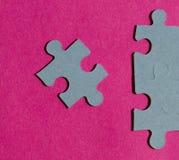 Morceaux de casse-tête sur le fond rose lumineux Photo libre de droits