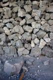 Morceaux de charbon avec le marteau Image stock