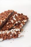 Morceaux de chocolat avec du riz cuit à la vapeur sur un fond blanc Image stock