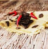 Morceaux de chocolat foncé avec des piments sur le Coal Board noir Photo stock
