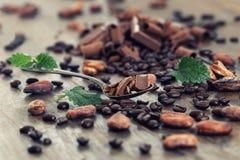 Morceaux de chocolat, poudre de cacao et grains de café foncés Photo libre de droits