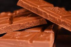 Morceaux de chocolat sur un fond noir photos libres de droits