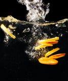 Morceaux de citron et d'orange frais dans l'eau photographie stock libre de droits