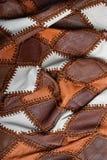 Morceaux de cuir multicolore cousus avec le fil, tissu bosselé photographie stock