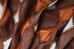 Morceaux de cuir multicolore cousus avec le fil, tissu bosselé photo libre de droits