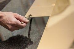 Morceaux de feuille d'or sur le verre Image stock