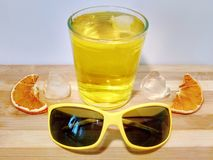 Morceaux de flotteur de glace dans un verre de jus photographie stock