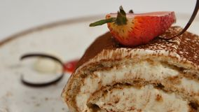 Morceaux de fraises en crème fouettée blanche de vanille Les parts de fraise se ferment vers le haut Fermez-vous vers le haut de  Photographie stock