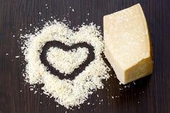 Morceaux de fromage à pâte dure sur le conseil en bois noir Dessus vers le bas de simple merci photo stock