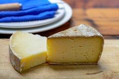 Morceaux de fromage français de Tomme et de Cantal, fin  photographie stock