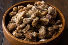 Morceaux de fruit de datte sèche en cuvette en bois/casse-croûte secs organiques de fruit image stock