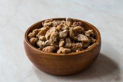 Morceaux de fruit de datte sèche en cuvette en bois/casse-croûte secs organiques de fruit photos libres de droits