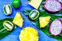 Morceaux de fruits exotiques Dragonfruit, ananas et kiwi sur le bleu Image libre de droits