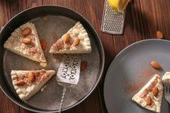 Morceaux de gâteau au fromage délicieux avec des amandes Images libres de droits