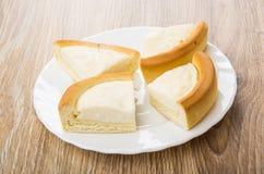 Morceaux de gâteau au fromage dans le plat blanc sur la table Photo stock