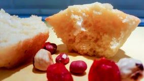 Morceaux de gâteau avec des écrous sur la table image libre de droits