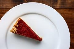 Morceaux de gâteau d'un plat blanc Photos libres de droits