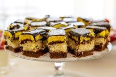 Morceaux de gâteau d'un plat transparent Un dessert délicieux ensuite images stock