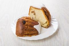 Morceaux de gâteau mousseline avec rhum-assaisonné dans le plat Photographie stock libre de droits