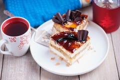 Morceaux de gâteau, palette en métal et tasse de thé Photos libres de droits