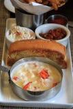 Morceaux de homard fermentant en beurre avec le petit pain grillé Image stock