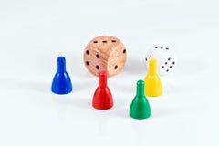 Morceaux de jeu et cubes colorés de plastique et de bois Photos libres de droits