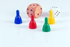 Morceaux de jeu et cubes colorés de plastique et de bois Photographie stock