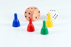 Morceaux de jeu et cubes colorés de plastique et de bois Photographie stock libre de droits