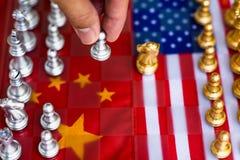 Morceaux de jeu de société d'échecs sur les Etats-Unis et le fond de drapeau de la Chine, concept de situation de tension de guer image libre de droits
