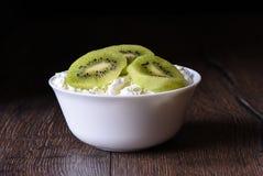 Morceaux de kiwi en fromage blanc Images libres de droits
