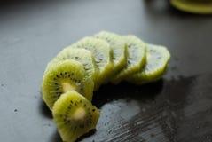 Morceaux de kiwi sur un fond noir, fruit texturisé et tropical, consommation saine, Photos libres de droits