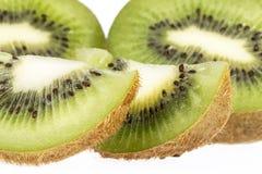 Morceaux de kiwi vert d'isolement sur le fond blanc Photo stock