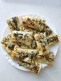 Morceaux de lavash de Cutted avec des légumes du plat Burek avec les épinards et le fromage et le cumin noir Yufka image stock