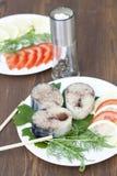 Morceaux de maquereau frais en épices avec des légumes Image stock