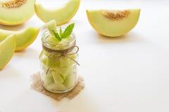 Morceaux de melon dans un pot Images libres de droits