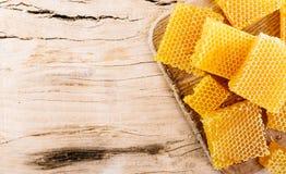Morceaux de nid d'abeilles avec du miel image stock